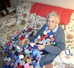 Pictures of Quilts with a Circular Theme: Granny and Her Blue Ribbon Yo Yo Quilt Quilting Stencils, Hand Quilting, Quilting Projects, Yo Yo Quilt, Rag Quilt, New York Beauty, New York Pictures, Jacob's Ladder, American Quilt