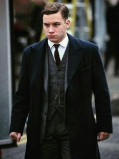 Finn Cole TV Series Peaky Blinders Black Coat should be an important perk of your wardrobe to make you outdoorsy style aesthetic. Shop the style now. Great Gatsby Makeup, Great Gatsby Outfits, The Great Gatsby Movie, Great Gatsby Fashion, Finn Cole, Joe Cole, Peaky Blinders Coat, Hollywood Glamour, Peaky Blinders Merchandise
