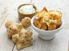 Chips di topinambur al forno e con l'essicatore: la ricetta per delle patatine più sane delle solite ma altrettanto saporite, utilizzando il tubero della salute