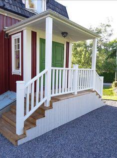 Entré trappa nu är den nästa klar :-) Entry Design, Mobile Home Porch, Porch Steps, Front Door, House Painting, Cottage Homes, Diy Deck, Home Porch, House Exterior