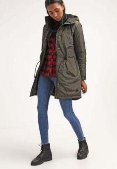 Voor de koukleumen onder ons: Deze winterjas is compleet gevuld met dons en veren, dat klinkt als heaven als je het mij vraagt! Snel kopen bij aldoor dan! #aldoor #uitverkoop #damesmode #damesjas #winterjassen #parka #sale #outlet Military Jacket, Rain Jacket, Windbreaker, Parka, Jackets, Fashion, Down Jackets, Moda, Field Jacket