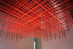 Avec le même matériau, une approche plus géométrique et plus colorée, par l'artiste new-yorkaise Rebecca Ward. Informations complémentaires et autres installations sur le site de l'artiste : http://www.rebeccasward.com/installation.html