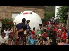 #Boloencierro 2014. La localidad de #Mataelpino, en la sierra de Madrid, decidió hace cinco años sustituir las vaquillas del encierro por una bola gigante que recorre las calles del pueblo. Cada año más personas participan en este peculiar encierro y las televisiones de todo el mundo también se animan a retransmitirlo.