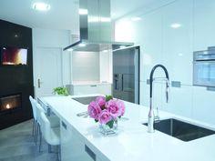 Cocina blanca moderna con isla en Silestone Blanco Zeus  Modern white kitchen with island and white silestone Zeus