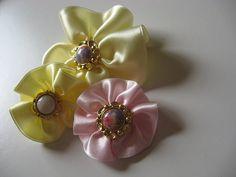 Flores de fita de cetim by comofaz, via Flickr