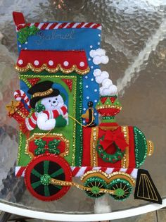 Bota navideña hecha en paño lenci, con lentejuelas y mostacilla para mi hijo Gabriel Needlepoint Christmas Stocking Kits, Felt Christmas Stockings, Felt Christmas Ornaments, Christmas Train, Christmas Holidays, Felt Decorations, Christmas Decorations, Stocking Tree, Christmas Projects
