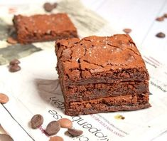 Soft fudgy brownies with a bite of sea salt or caramel now and then. Gluten-free and low in lactose. Salted Caramel Brownies, Salted Caramel Chocolate, Fudgy Brownies, Brownie Recipes, Dessert Recipes, Recipes Dinner, Fodmap Baking, Paleo Baking, Paleo Salmon Cakes