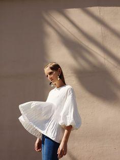 Le chemisier est résolument dans le vent. Pour la belle saison, ce basique de la garde-robe est décliné en différents styles ayant comme dénominateur commun le jeu de volumes et la fluidité. Oublie…