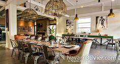 Mesa de madera maciza, mueble auxiliar con cajones, techo de madera, estilo vintage Restaurante Hoyo 19 Triana en Vera Almeria. www.navarrolivier.com