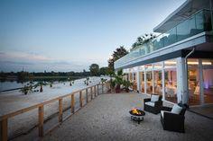 Ob Sektempfang am Strand und BBQ auf der Terrasse oder Hochzeits-Gala  mit Buffet und Livecooking-Stationen oder Menü mit Seeblick, hier ist  alles möglich! Selbst außergewöhnliche Ideen wie ein Drachenboot fährt  über den See und bringt die Brautleute zum Seepavillon oder das Jawort  unter Wasser können hier realisiert werden. → Mehr erfahren auf see-pavillon.de | #seepavillonköln #hochzeitslocationköln #heiratenamstrand #hochzeitslocationsee #hochzeitköln #hochzeitslocationamwasser Vintage Wedding Theme, Wedding Themes, Wedding Favors, Wedding Ideas, Wedding 2017, Our Wedding, Wedding Locations, Happily Ever After, Pergola