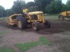 Excavación en los laterales del futuro campo de juego.