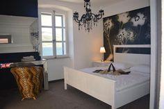 Leuchtturm für 8 Personen in Korčula | TUIvillas.com Objekt-Nr. 1247460 M Restaurant, Jacuzzi, Bed, Furniture, Home Decor, Lighthouse, Keep Running, Light Fixtures, Bedroom