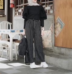 The hijab style Modern Hijab Fashion, Spring Fashion Casual, Abaya Fashion, Muslim Fashion, Modest Fashion, Fashion Pants, Fashion Outfits, Hijab Casual, Hijab Chic