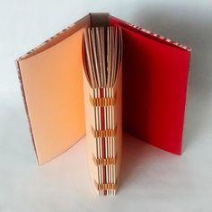 Você nem vai acreditar se eu disser que não tem linha...são tiras de papel entrelaçando os cadernos!