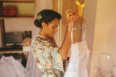 """Oii! Momento """"tá chegando!"""" do dia do casamento é quando você finalmente coloca seu vestido e se olha no espelho. E oh! Estou me sentindo muito mimada vendo 3 pessoas me vestindo haha Minha madrinha Diely chegou bem na hora que eu estava pegando o meu vestido e foi muito bom vê-la antes da cerimônia. Vi todas ainda no loft e me diverti muito!... >>> clique na foto para ver o post completo!"""