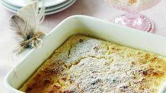 Sitruunapaistoksessa yhdistyvät kevyt sitruunakakku ja lemon curdin tapainen sitruunakastike. Tarjoa halutessasi vaniljajäätelön kanssa. Flan, Sweet Bakery, Vanilla Cake, Banana Bread, Deserts, Food And Drink, Pie, Yummy Food, Sweets