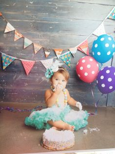 A little backdrop is great for getting perfect smash cake pictures. Smash Cake Girl, 1st Birthday Cake Smash, Baby Girl Birthday, One Year Birthday, 1st Birthday Parties, Birthday Ideas, Cake Smash Photos, Cake Photos, Cake Pictures