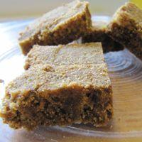 Leckere vegane Nachspeise ohne Mehl: indisches Laddhu. Es besteht hauptsächlich aus Kichererbsenmehl und ist daher auch für glutenempfindliche Menschen geeignet.