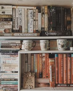 I never thought of using mugs to decorate my bookshelves, but now I kinda want to get some cool ones to add to my shelves. 10 Strangely Satisfying for the Book Lover in All of Us Pic Tumblr, Books To Read, My Books, Library Books, Reading Books, Book Aesthetic, Book Nooks, Book Photography, Bookstagram