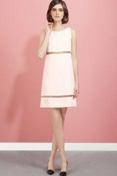 Vous serez en blanc lors de votre mariage religieux, alors optez pour une robe rose pâle pour votre mariage civil, une couleur douce et romantique...