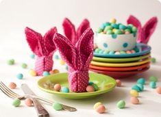 pliage de serviettes lapins en rose à pois blancs - une idée cool pour Pâques