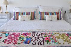 Pie de cama y almohadones bordados 100% a mano. www.tiendadecostumbres.com.ar