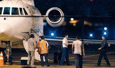 El largo viaje. Presidente de Bolivia Evo Morales se dirige a su avión en el aeropuerto de Fortaleza, Brasil, para continuar su viaje a La Paz.