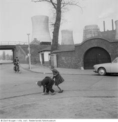 Spelende kinderen in een mijnwerkerskolonie, Hoensbroek (1957)