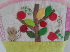 astuccio portatrucco in patchwork con appliqué di Smiling Cat, Cosmetic Pouch, Hand Quilting, Embroidered Flowers, Quilt Making, Printing On Fabric, Applique, Hair Accessories, Make Up