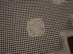 Detalhe do Caminho de mesa, tela bordado com barbante, execução Valesca Mitchiguian