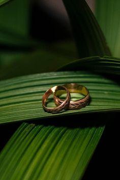 Descubre estos modelos para encontrar las argollas perfectas. #matrimoniocomco #argollas #alianzas #weddingring #anillos #ring #LoorFotografía Wedding Engagement, Engagement Photos, Wedding Rings, Engagement Rings, Tiffany & Co., Ring Shots, Jewelry Photography, Heart Ring, Creative