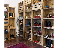Mueble para zapatos con cajas de fruta