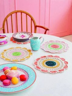 How pretty are these doilies? Debbie Bliss knitting patterns, Debbie Bliss Crochet Living, Dashing Doilies, from Laughing Hens Crochet Diy, Mandala Au Crochet, Crochet Home, Love Crochet, Beautiful Crochet, Simply Crochet, Holiday Crochet, Crochet Placemats, Crochet Potholders