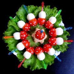 Oeufs de caille cuits dur et leurs chapeaux tomates cerises en forme de champignon.© Pinterest