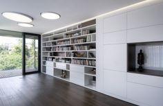 Také knihovnu a skříňkovou sestavu řešili architekti jako integrovanou sestavu, která splývá se stěnou.