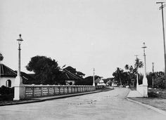 Oranjeboulevard met brug over Tjiliwoeng bij CBZ Batavia c. 1940.