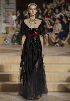 Valentino Fall 2015 Haute Couture W❤W. Dark, rich Italian goddess inspired, its being called one of Valentino's BEST couture collections EVER Valentino Couture, Valentino Women, Valentino Dress, Haute Couture Style, Couture Mode, Couture Fashion, Runway Fashion, Couture 2015, Fashion Week