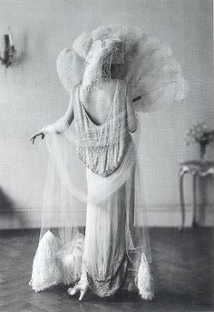 """Evening Gown by Norman Hartnell, 1924 , originally uploaded by Gatochy . """"The long, white evening gown by Norman Hartnell, migh. Glamour Vintage, Vintage Beauty, 1920s Glamour, Vintage Bridal, Hollywood Glamour, Belle Epoque, Louise Brooks, Madeleine Vionnet, Jazz Age"""