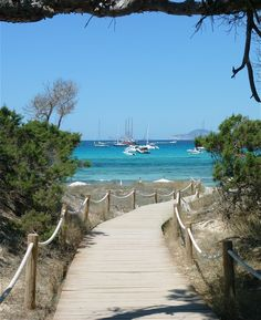 #MaPauseEntreCopines Esta es la entrada a la playa bonita, como yo le llamo, es maravillosa.  http://www.bodaenibiza.es