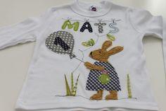 ★Süßes Geburtstags-Langarmshirt für kleine Hasenjungen  ★Hase Hans ist aus weichem Bio-Teddyplüsch  ★ Mit Zahl, Name, Luftballon& Gräsern  ★das Shirt ist bei 30 Grad im Feinwaschgang...