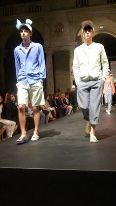 Zwei männliche Models in Hemd und Hose @ departure fashion night, Wien, Juni 2012 - © Eva Brunner