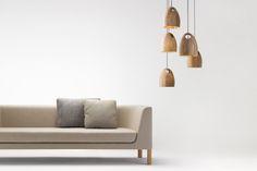 El roble es una luz colgante de madera sólida FSC. Cheerhuzz. com  https://cheerhuzz.com/collections/pendant-lights/products/oak-pendant-lamps-by-ross-gardam-pl408?variant=19554895556