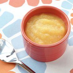 """Jablečno-hrušková přesnídávka s banánem pro děti: oloupané kousky jablka a oloupané kousky hrušky rozvaříme v troše kojenecké vody a následně rozmixujeme s malým kouskem banánu. Pokud jsou jablka dobře zralá a sladká, tak lze udělat jen jablečné pyré. Hrušky a banán se přidávají kvůli sladkosti, chuti a konzistenci. Pozor na hrušky """"s kamínky""""."""
