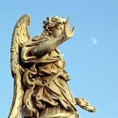 Una statua di marmo di un angelo vicino a Saint Angelo Ponte a Roma, con una luna splendente nel cielo stock photography