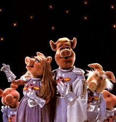 "Muppet Show: Pigs in Spaaaaaaaaace! I also like ""Bear on Patrol"", Bunsen Honeydew & Beaker, and Muppets news flash.He looked like the Dutch news presentor from the seventies/eigties Joop van Zijl. Miss Piggy, Jim Henson, Elmo, Mk1, Zombies, Les Muppets, National Pig Day, Sabre Laser, Nostalgia"