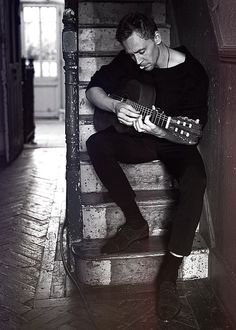 Tom Hiddleston: he looks even hotter with a guitar :P