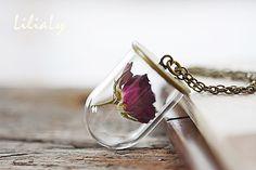 Collar de botella de vidrio rosa real seca. La cadena de bronce está libre de níquel y plomo.  MEDIDAS:  Frasco vidrio es 1  / 25 mm a 0,78  / 20mm. *