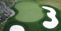 Un green de césped sintético en hoyo de par 3 de un campo de golf. Sin duda, un hoyo de gran dificultad protegido por 2 bunkers que practicament obligan al jugador a ejecutar un tiro de mucha precision botando sobre el green. La evolucion del cesped artificial para golf nos deja sorprendidos cada dia con estos ejemplos tan evidentes de exito. #cespedartificialgolf #europe #allgrass #artificial_golf