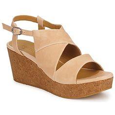 Nos encanta la silueta sobria y estival de esta #sandalia imaginada por la marca Coclico. Un modelo elegante y atemporal que asocia cuero de calidad y suela compensada en corcho. #zapatosdemujer