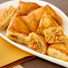 Potato Salsa Samosas: These golden & flaky puff pastry pockets are filled with a delectable potato filling that's been kicked up with salsa, curry and cilantro. Puff Pastry Samosa Recipe, Puff Recipe, Puff Pastry Recipes, Puff Pastries, Choux Pastry, Appetizer Recipes, Snack Recipes, Cooking Recipes, Appetizers
